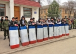 Bürgerwehr mit Schilden in den Farben der autonomen Republik Krim