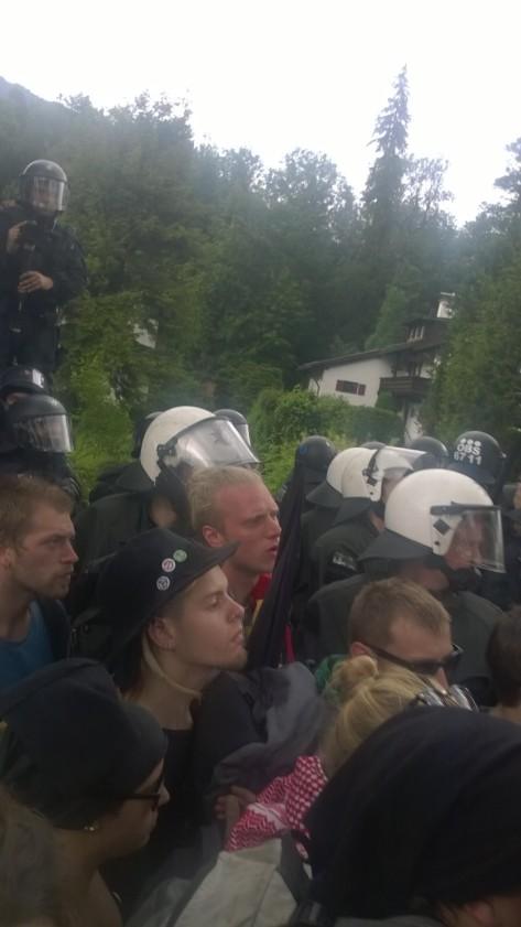 Demonstranten vor dem Polizeispalier